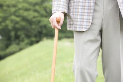 杖をついている老人