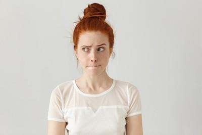 困っているような微妙な表情の女性