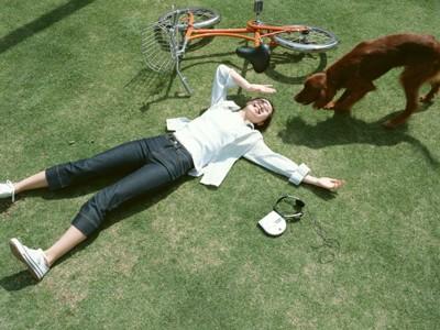 草むらの女性と犬