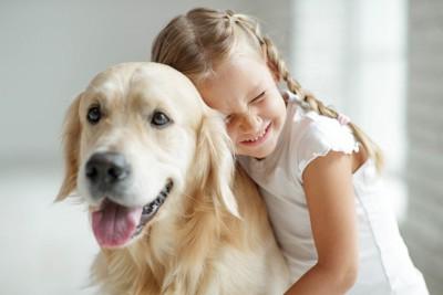 犬に抱きつく女の子