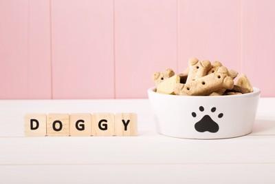 DOGGYの文字と白いお皿とフード
