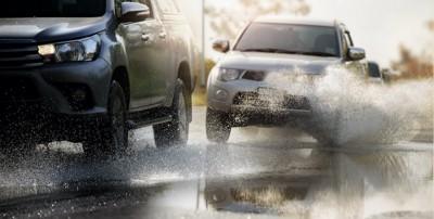 水たまりを勢いよく走る車