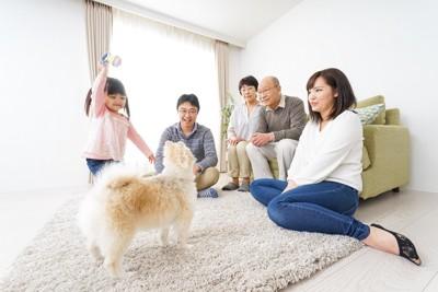 リビングにいる家族と犬
