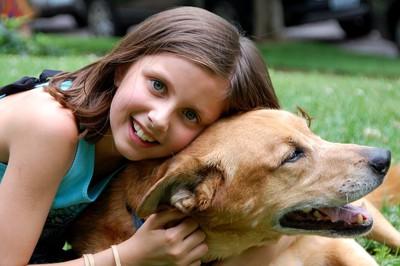 犬を抱き寄せる女の子