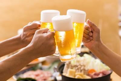 ビールで乾杯する人の手