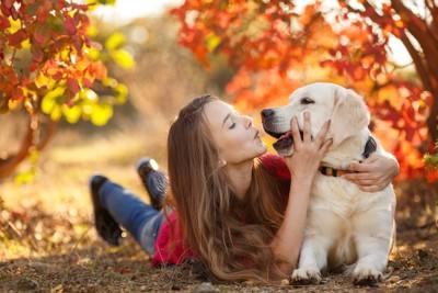 犬にキスをしようとする女性