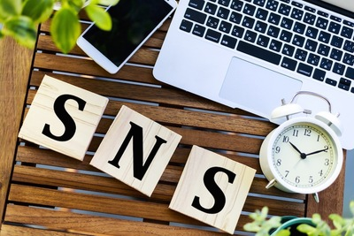 SNSの文字とパソコンとスマートフォン