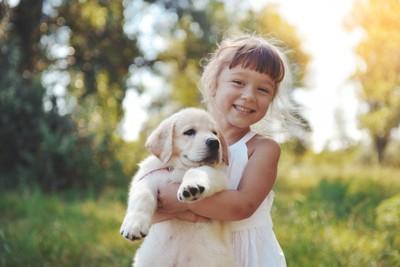 犬を抱っこする少女
