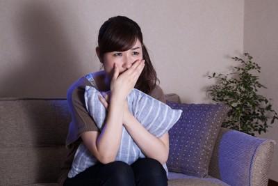 ドラマを観て泣く女性