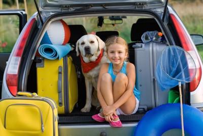 車に載る荷物と犬と女の子