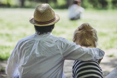 ゴールデンレトリバーと麦わら帽子の男性