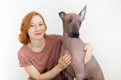 女性に触られてそっぽを向く犬