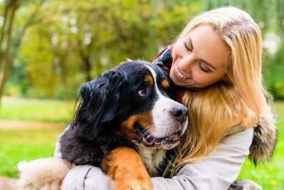 大型犬を抱きしめる女性