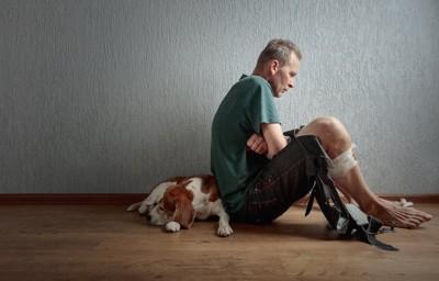 ケンカをして怪我をした人と犬
