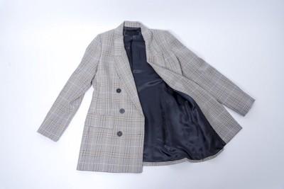 床に置かれたグレーのジャケット
