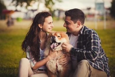 犬を撫でる女性と男性
