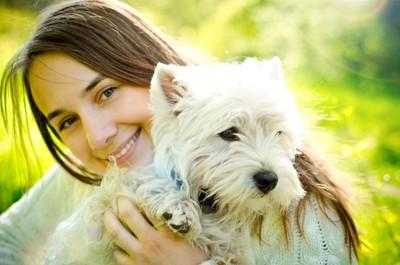 幸せそうな犬と女性