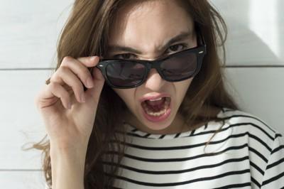 怒っているサングラスをかけた女性