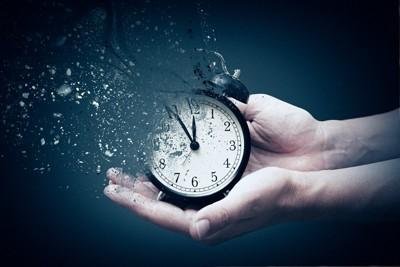 消えかけている時計を持っている手