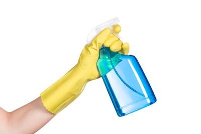 青いスプレーボトル