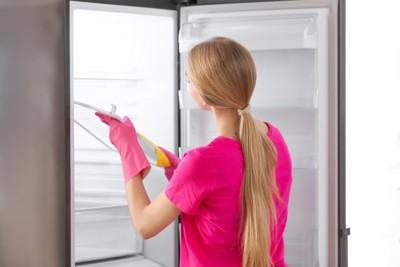 冷蔵庫を掃除する女性