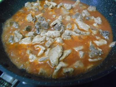 フライパンの中のトマトジュース煮