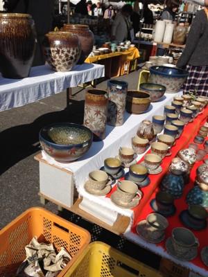 テントのお店に並ぶ沢山の陶器
