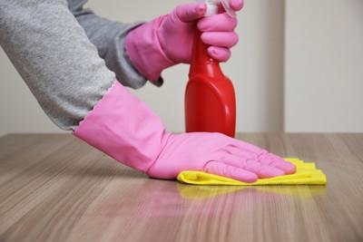 ピンクの手袋で拭き掃除をしている様子