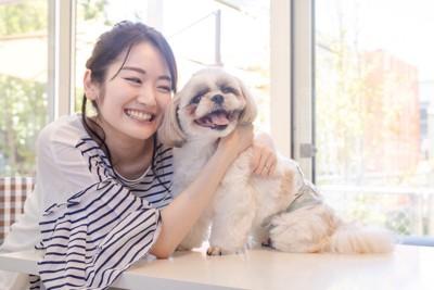 愛犬と楽しそうに触れ合う女性