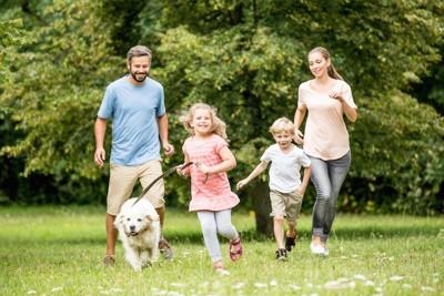 人の家族と走る犬