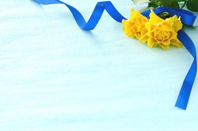 黄色いバラと青いリボン