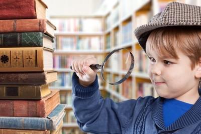 虫眼鏡を持つ男の子
