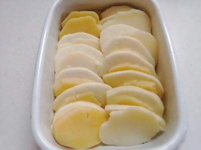 耐熱容器に並べたりんごとじゃが芋