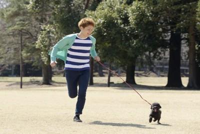 楽しそうに走る男の子と犬