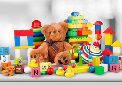 たくさんの種類の子供のおもちゃ
