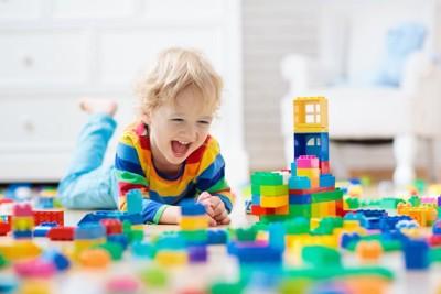 ブロックで遊ぶ子ども