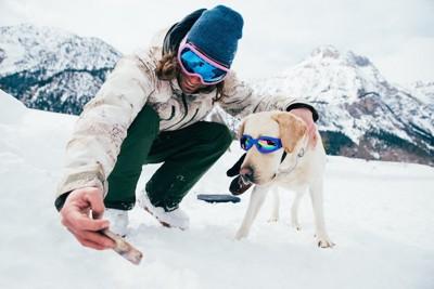 ゴーグルをした男性と犬