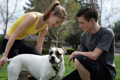 ティーンエイジャーと犬