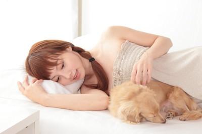 眠る女性と犬
