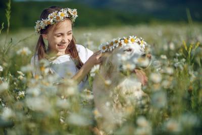 花冠をかぶる女の子と犬