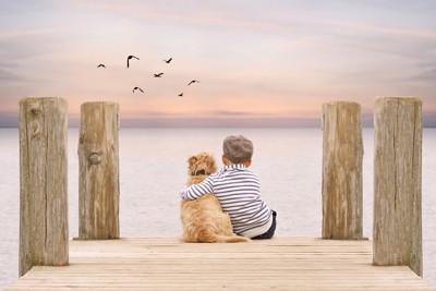 犬と肩を抱く男の子