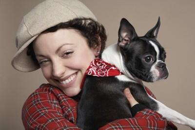 フレンチブルドッグを抱っこする女性