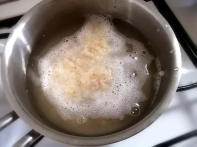 鍋に水とじゃが芋をいれた写真