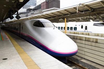 駅に止まる新幹線