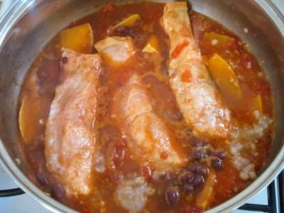 鍋の中で煮込んでいる鮭と小豆