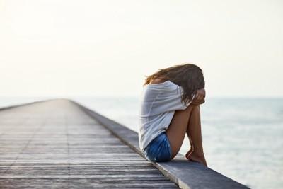 橋の上で泣いている女性