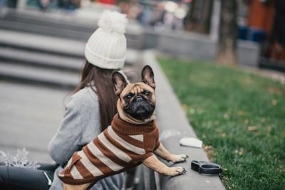 女性と冬服の犬