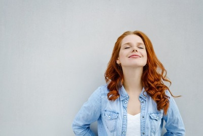 目を閉じて微笑む女性