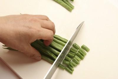 いんげんを切る人の手