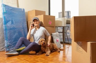 アパートに引っ越しした女性と犬